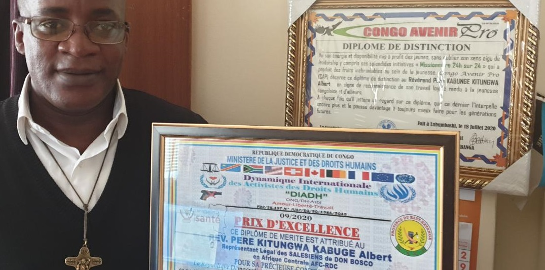 Remise du diplôme d'Excellence au Pere Provincial Albert Kitungwa